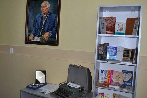 Pamätná izba A. Šándora. Po známom kňazovi pomenovali ulicu, vydali o ňom knihu, známku a otvorili pamätnú izbu.