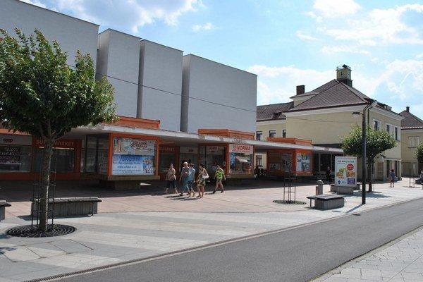 Pozemky v centre mesta. Michalovčania predali Jednote pozemky pod obchodným domom Dodo za vyše 349-tisíc eur.