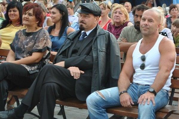 Úkaz. Na jednom mieste v rovnakom čase Vladimír Iľjič Lenin a Bruce Willis.