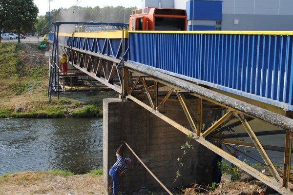 Oprava mosta bude stáť mesto 30-tisíc eur. Michalovčania by mali prejsť po lávke už začiatkom septembra.
