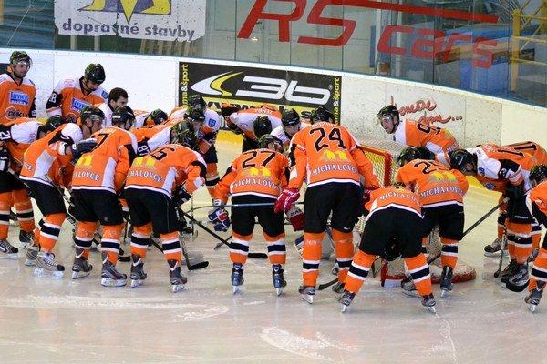 Michalovskí hokejisti dnes štartujú sezónu na ľade Detvy.