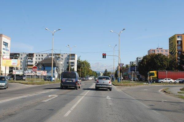 Križovatka pred nadjazdom. Štát tu postaví kruhový objazd. S jeho výstavbou začne na jar 2014.