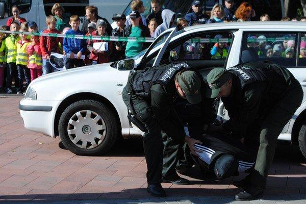 Deň colníkov. Colníci z Colného úradu Michalovce ukázali verejnosti, ako sú pripravení na pašerákov na slovensko-ukrajinskej hranici.