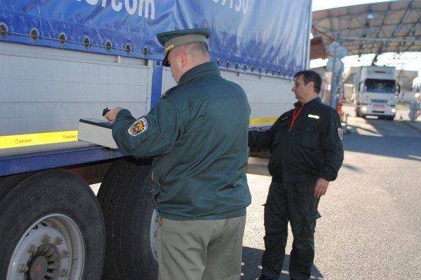Colná kontrola. Prenosné ručné zariadenie slúži na vyhľadávanie rádioaktívneho materiálu ukrytého v nákladných a osobných vozidlách.