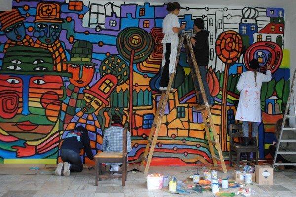 Mestskú budovu na Štefánikovej ulici pomaľovali mladí výtvarníci podľa motívov rakúskeho umelca Friedricha Hundertwassera.