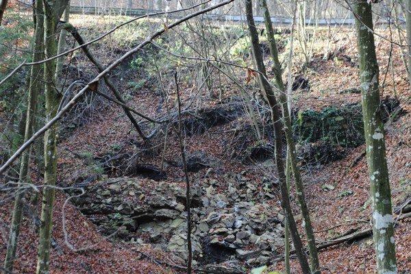 Zosuv svahu poškodil časť cesty medzi obcami Podhoroď a Ruský Hrabovec.