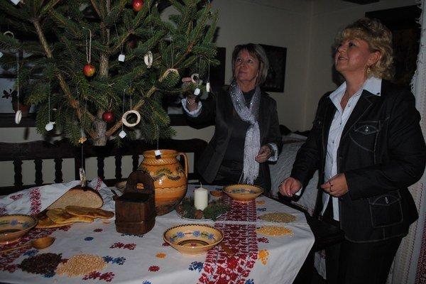 Gazdovský stôl. Okolo štedrovečerného stola bola zopnutá kovová reťaz, ktorá mala rodinu držať počas celého roka pohromade.