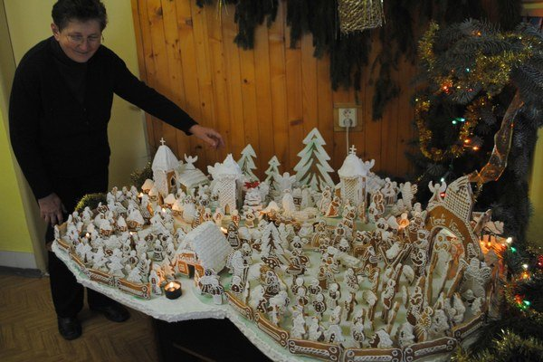 """Perníkový betlehem v Bajanoch. """"Použili sme naň 400 perníkov,"""" uviedla 63-ročná Katarína Pihuličová."""