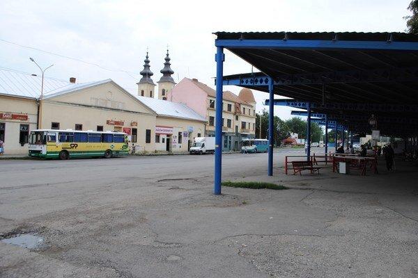 Kostolné námestie. Po presťahovaní autobusovej stanice k železničnej stanici tu vznikne oddychová a kultúrna zóna, ktorú by mala zdobiť socha archanjela Michala.