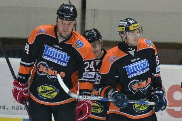 Skórovali v druhom súboji. R. Šechný (vľavo) a M. Hinďoš zariadili výhru Dukly.