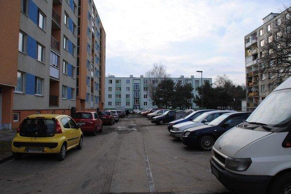 Murgašova ulica. Majiteľom vozidiel bývajúcich na spomínanej ulici pribudne až 75 nových parkovacích miest.