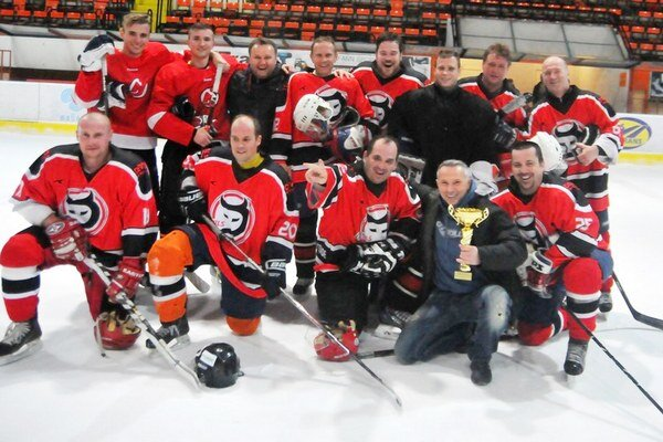 Najlepšie mužstvo uplynulej sezóny MHL. Devils vyhrali základnú aj nadstavbovú časť súťaže.