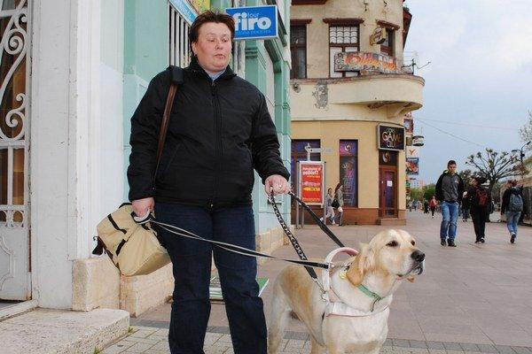 Sympatická cvičiteľka. Jarka Margová trpí praktickou slepotou. Už štyri roky sa venuje výcviku vodiacich psíkov.