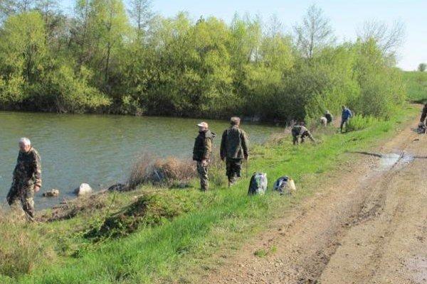 Čistenie rybníkov. Rybári vyčistili brehy vodných nádrží v okresoch Michalovce a Sobrance.