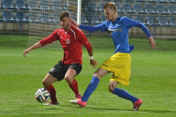 MFK Zemplín na vlastnej pôde zdolal Senec. Pod výhru 2:0 sa dvoma gólmi podpísal Michal Hamuľak (vpravo).
