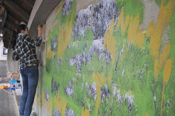 Stanica v Strážskom. Staré múry premaľovali výtvarníci abstraktnými maľbami. Cestujúci budú čakať na autobus v príjemnom estetickom prostredí.