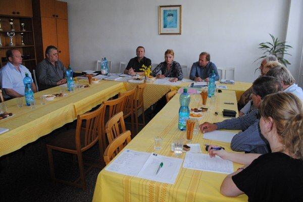 Vodiči. Pred tretím kolom rokovaní sa stretli s podpredsedníčkou OZ KOVO Monikou Benedekovou a odborárom Jozefom Balicom.