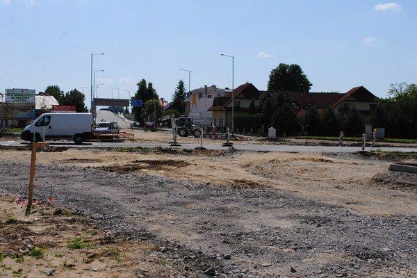 Objazd pri nadjazde. Nový kruháč pri nadjazde bude najväčším v Michalovciach. Hotový by mal byť až v septembri.