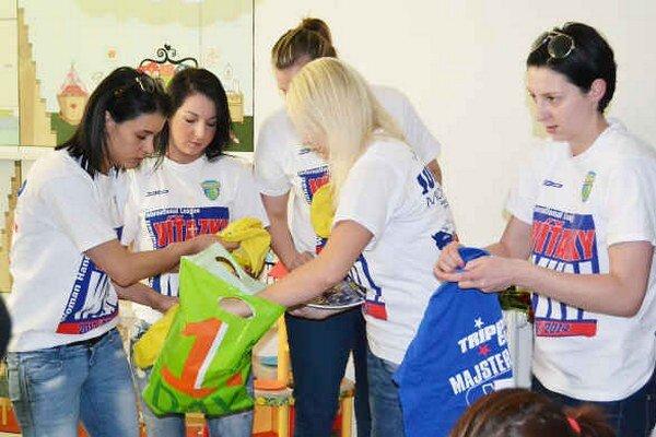 Prekvapenie pre deti. Hádzanárky im darovali tričká, šiltovky či plagáty.