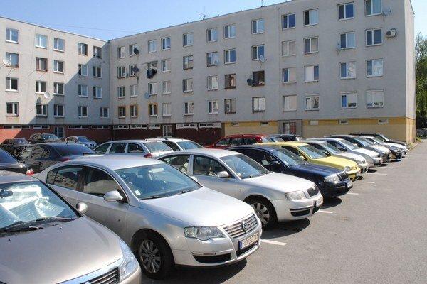 Minská ulica. Vojaci zaberajú miesta obyvateľom sídliska.