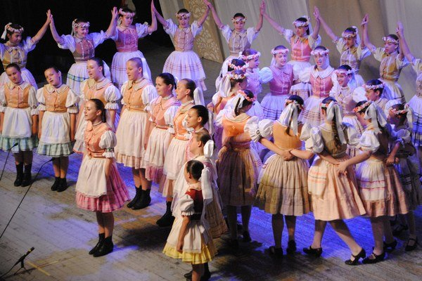 Vystúpenie DFS Zemplínik. Na pódiu sa predstavilo vyše 200 mladých folkloristov.