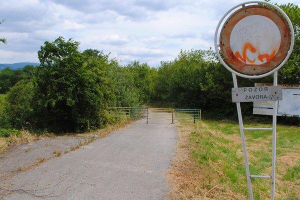 Zatvorená cesta. Vedie od rekreačného strediska Prímestská oblasť smerom k nápustnej hrádzi na Zemplínskej šírave. V okolí cesty pribúdali nelegálne skládky, obec Vinné ju uzavrela.