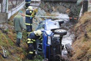 Záchranári zranenú vodičku vytiahli cez predné okno. Dievčatko cez kufor.