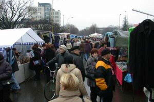 Vianočné trhy v Michalovciach. Návštevníci si môžu nakúpiť darčeky, sladkosti či oblečenie.