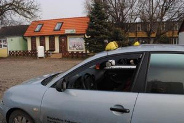 Parkovisko pri Leny. Pred kvetinárstvom bol v aute šesť hodín zamknutý mŕtvy taxikár.