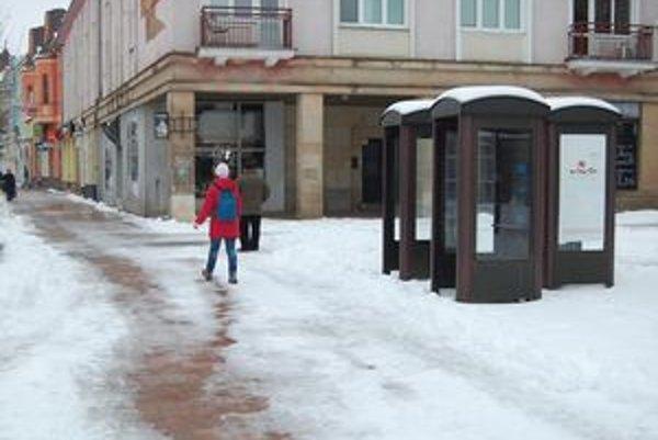 V Michalovciach bolo 43 automatov. Ostali po nich len prázdne búdky.