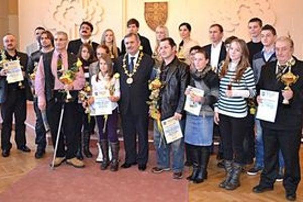 Spoločná fotografia všetkých ocenených. V strede je primátor Michaloviec Viliam Zahorčák.