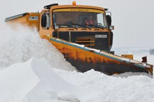 Snežný pluh odpratáva sneh na hlavnej ceste medzi Trebišovom a obcou Veľaty.