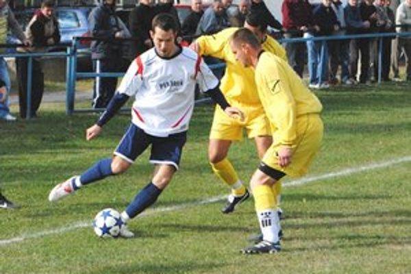 Jedna z nových tvárí v MFKStredopoliar M. Vajda (vľavo) naposledy hrával v Palíne.