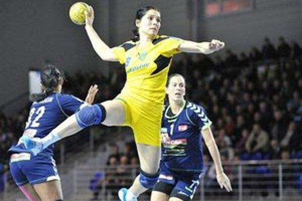 Iuventa vrátila Olomoucu prehru. Lucia Tobiašová (s loptou) prispela k výhre svojho celku piatimi gólmi.