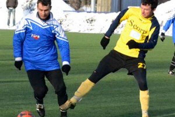 Stredopoliar Marek Mihok (vpravo) zarezáva s druholigovým A-mužstvom.