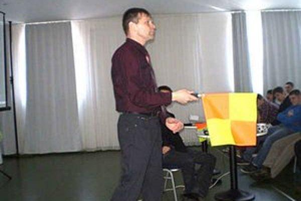 Rozhodca Ján Mano. Prezentuje správne držanie rozhodcovskej zástavky.