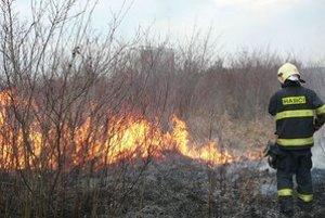 Požiar. Dôchodca sa snažil uhasiť oheň sám.