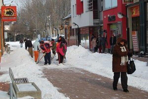 Zima bola tuhá a bohatá na sneh. O schodnosť chodníkov sa starali zamestnanci TaZS.