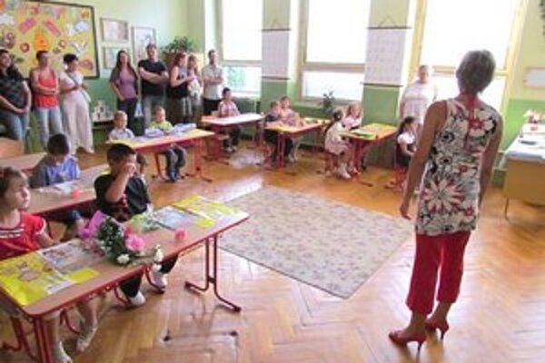 Deň učiteľov. Deti obdarúvajú učiteľov hlavne kvetmi.