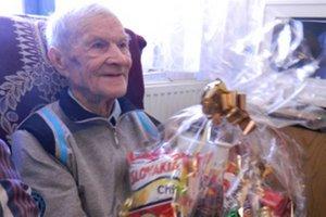 Od starostu dostal oslávenec darčekový kôš aj s jeho obľúbenými sladkosťami.
