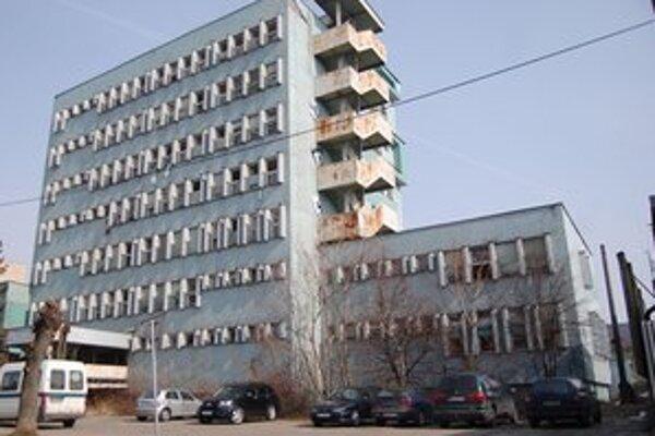Budova je častým terčom vandalov a zlodejov.
