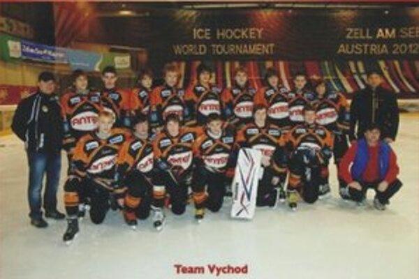 Šiesty najlepší tím na turnaji. Družstvo Team Východ 97. Vľavo tréner Martin Stripai.