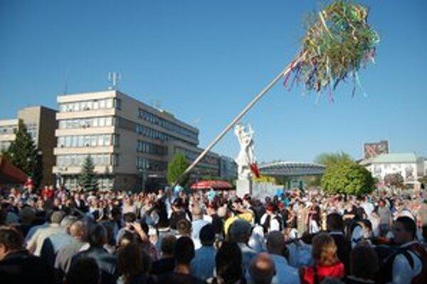 Stavanie mája. Naplnené námestie sa prizeralo na tradičné stavanie mája v podaní súboru Zemplín.