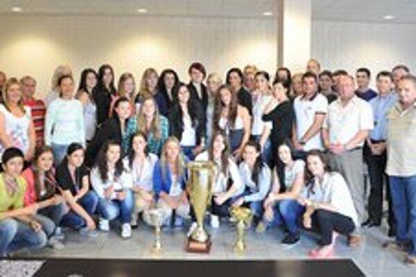 Vedenie aj tri tímy Iuventy pokope. Ženský, juniorský aj dorastenecký tím s pohármi.