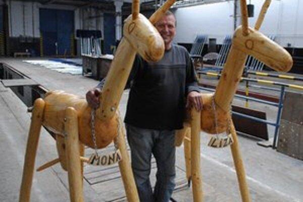 Drevené plastiky kôz sú viac ako dva metre vysoké. Ich autorom je Ján Gonda.