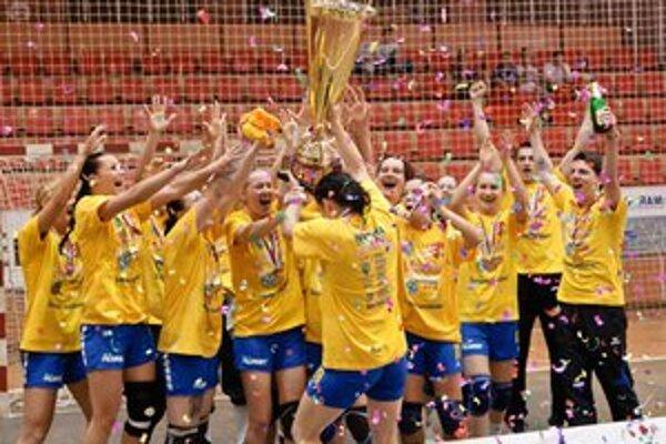 Radosť Michalovčaniek po zisku slovenského titulu. Dostali sa tak do kvalifikácie Ligy majstrov.
