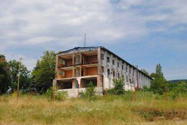 Okrem toho, že hlavná budova bývalého detského tábora vyzerá zle, hrozí v nej aj úraz.