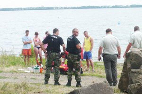 Miesto nešťastia. Mladého muža vytiahli bez známok života pár metrov od brehu na pláži v zátoke rekreačnej oblasti Kamenec.