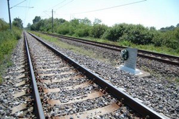 Pamätník. Na mieste zrážky dnes stojí pamätník s menami železničiarov, ktorí tu zahynuli.