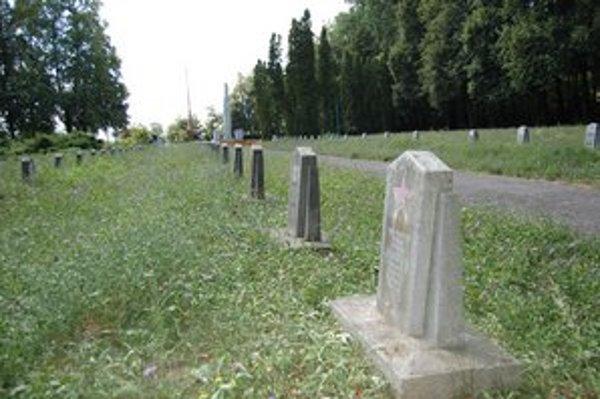 Cintorín Červenej armády. Je tu pochovaných okolo 20-tisíc padlých vojakov.